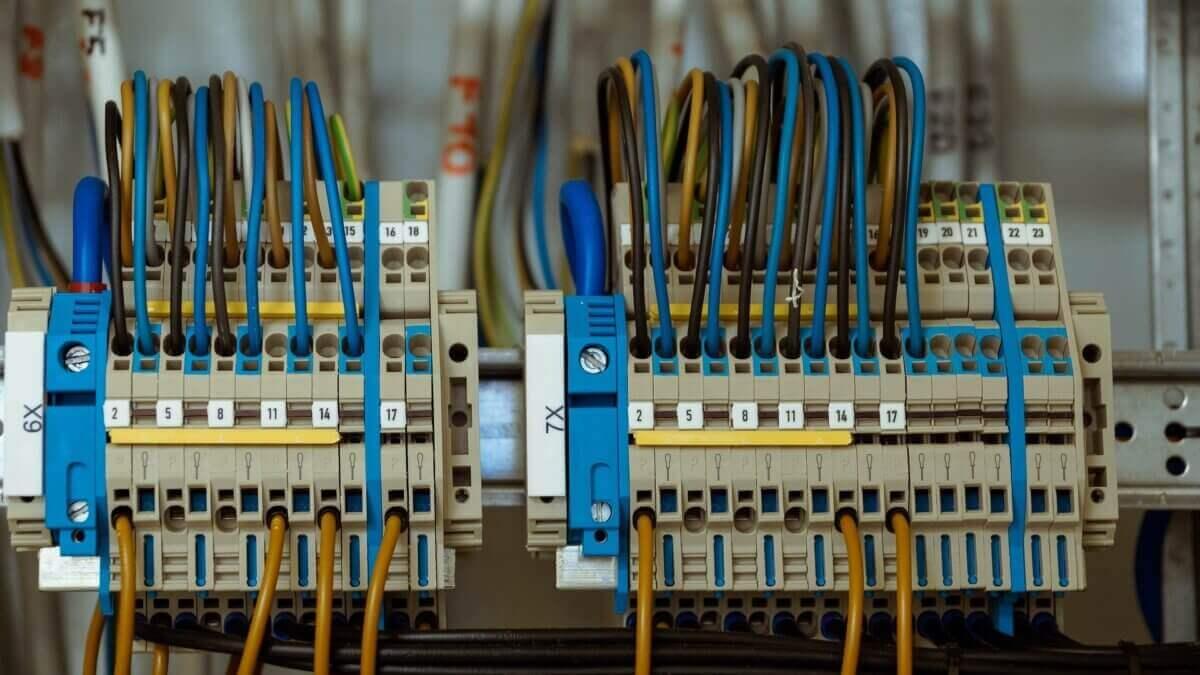 Instalacje elektryczne Warszawa - przegląd - firma Elektro-Kom